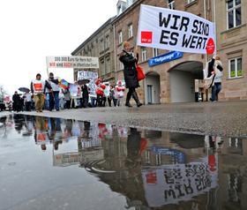 """Die Befürchtung, bei zu niedriger Lohnsteigerung finanziell langsam aber sicher baden zu gehen, trieb die Angestellten zum Warnstreik. """"Wir wurden in den letzten Jahren immer kurzgehalten"""", sagte Andreas Jäger, Personalratsvorsitzender der Stadt Zirndorf."""