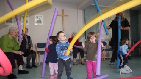 Spielen und Bewegung, das ist nicht nur für die Kinder ein ganz wichtiger Bereich ihres Alltags, auch die Bewohner der beschützenden Abteilung in der Zufuhrstraße lassen sich von den Kleinen motivieren.