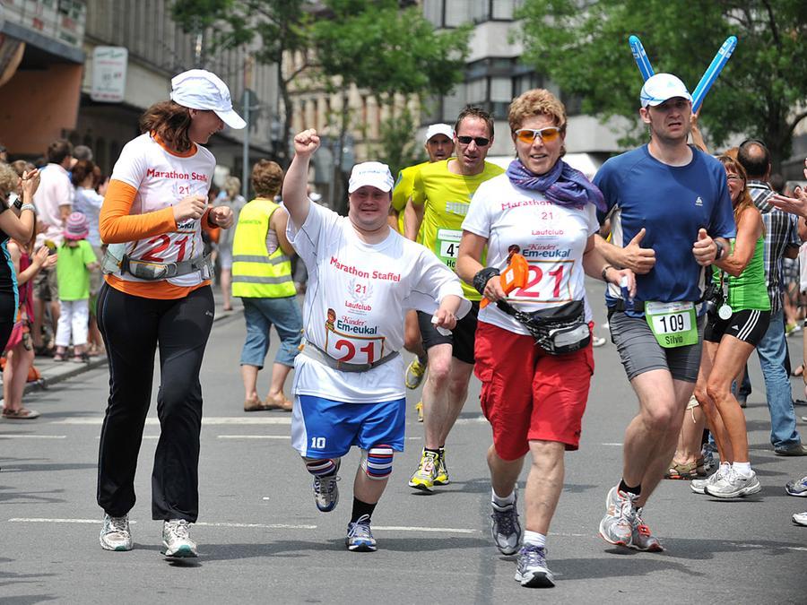 """Dass der Befund """"Down-Syndrom"""" einem glücklichen und erfolgreichen Leben nicht im Wege steht, beweisen auch in Fürth viele Familien. Unser Bild stammt vom Metropolmarathon 2011."""