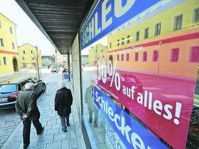Die Zirndorfer Filiale an der Nürnberger Straße steht auf der Schließungsliste von Schlecker. Drei weitere Geschäftsstellen in der Bibertstadt sollen erhalten bleiben. Im Landkreis sperren insgesamt sechs Läden zu.
