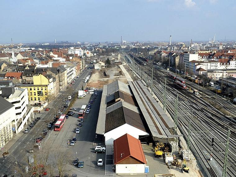 Zwischen Bahngleisen und Gebhardtstraße (links im Bild) soll das neue Multiplex auf Marktkauf-Höhe entstehen, die alten Lagerhallen (graue und schwarze Dächer) auf dem Gelände müssten abgerissen werden.