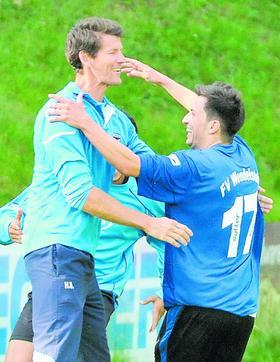 Nicht einmal ein Jahr ist seit diesem Foto vergangen. Ausgelassen feierte Hendrik Baumgart im Juni 2011 in Schnaittach nach dem Sieg über den ASV Pegnitz mit seinen Schützlingen den Aufstieg in die Bezirksoberliga. Am Karsamstag, nach der Niederlage in Ansbach, legte er sein Traineramt nieder.