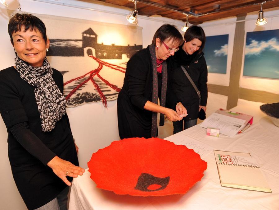 Filzkünstlerin Heidi Drahota und Ingrid Riedl (links) stellten im Kunst-Kabinett am Grünen Markt aus.