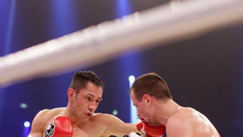 Felix Sturm (l) dominierte im Ring seinen Herausforderer Sebastian Zbik.