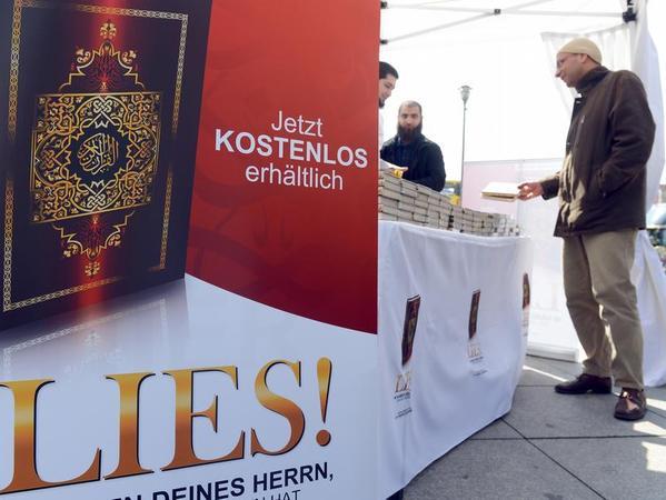 Koran-Verteilung am Potsdamer Platz in Berlin.