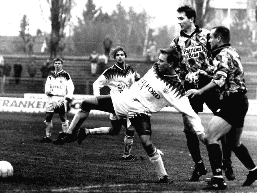 Der TSV Vestenbergsgreuth (weiß) bei seinem letzten Derby gegen die Spielvereinigung Fürth. Wenig später verschmolzen die beiden Vereine zu der Truppe, die nun in die Erste Bundesliga einzieht.