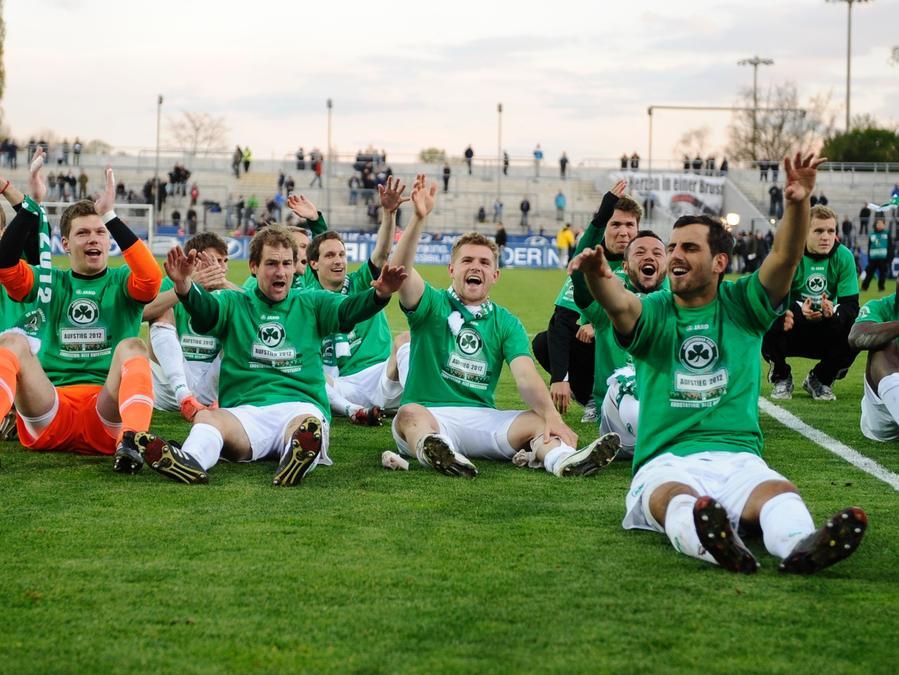 Die Fürther hatten trotz des Unentschiedens allen Grund mit ihren Fans zu feiern.
