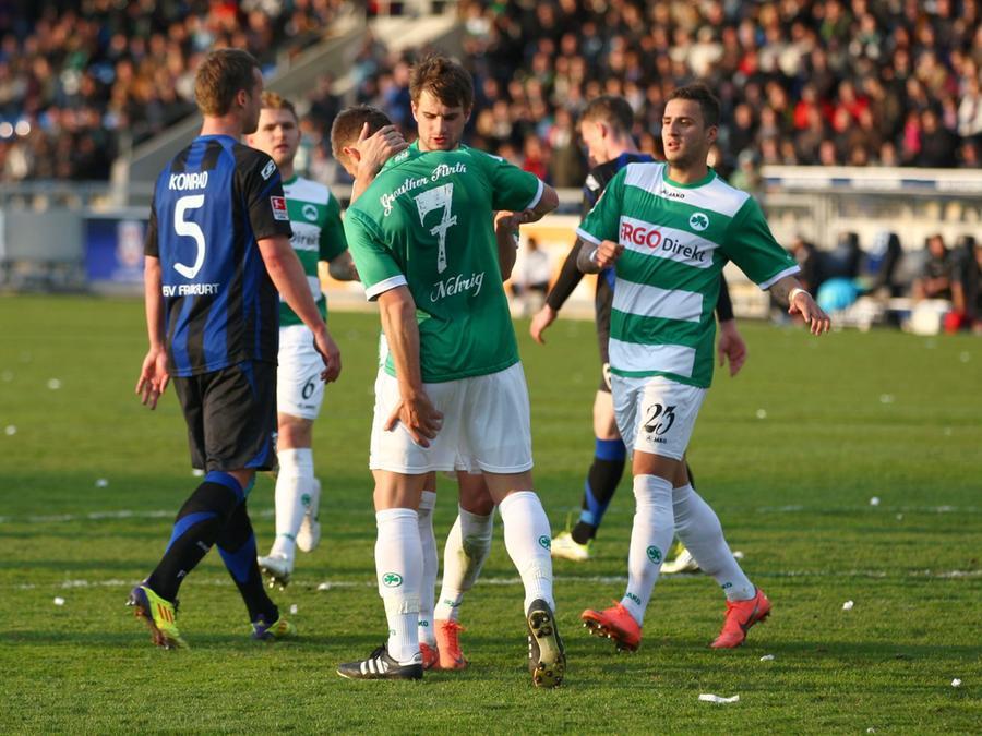 Während ihn seine Mitspieler bejubelten, griff sich Elfmeterschütze Bernd Nehrig (Nummer 7) schon an den Oberschenkel.