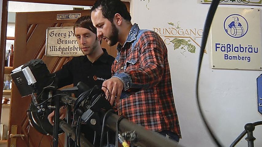 Cutter Martin Fischer (links) und Kameramann Jörg Hoffmann waren in acht Bamberger Brauereien unterwegs, um einen Dokumentarfilm über die Bierkultur der Domstadt zu drehen.
