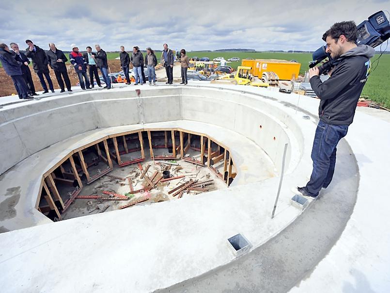 Das Fundament für eines der größten Windräder, die derzeit im Binnenland gebaut werden. Für den Berchinger Windpark mit sechs Einzelanlagen gab es gestern bei steifer Brise den symbolischen Spatenstich.