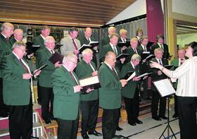 Unter der Chorleitung von Hedwig Schaffner (rechts im Bild) bricht beim Männergesangverein Neuhaus eine neue Zeitrechnung an.