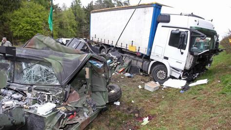 Ein toter US-Soldat und fünf Verletzte ist die Bilanz der Kollision zwischen einem Hummer und einem Lkw.