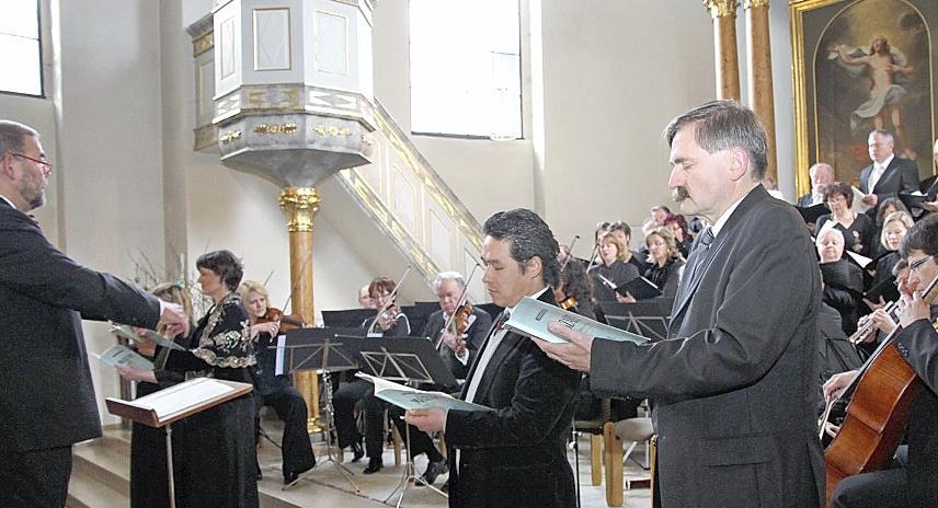 Klassisch-romantisch unterwegs: Chor- und Orchesterchef Alexander Friedrich trimmte die Seinen zum 25-Jährigen auf Präzision.