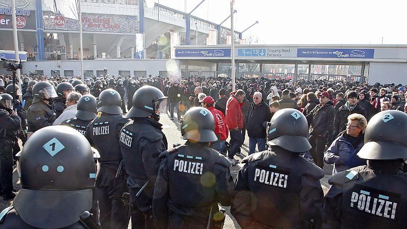 Nach dem Heimspiel des 1. FC Nürnberg gegen den Hamburger SV am 21. April 2012 beschimpften gewaltbereite Fans mehrere Polizisten.