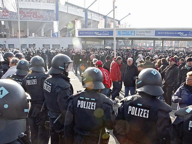 Bei dem Prozess geht es um die Frage, ob drei Polizisten das staatliche Gewaltmonopol missbraucht haben. (Symbolbild)