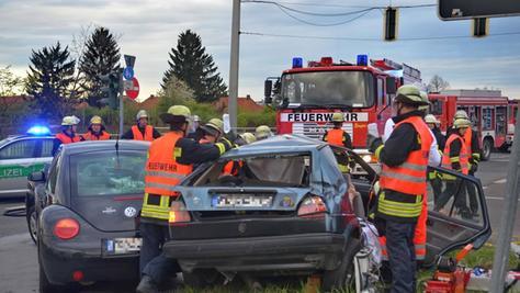 Ein schwerer Verkehrsunfall in Fürth hat drei Verletzte gefordert. Ein Autofahrer hatte offenbar das Rotlicht der Ampel an der Autobahn-Abfahrt Poppenreuth ignoriert.