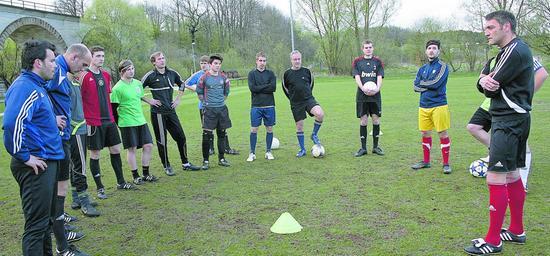 Drei Tage später geht es im Training aber schon wieder ganz normal mit der Arbeit weiter. Im Derby gegen den TSV Spalt wollen sich Trainer Peter Buckel (rechts) und sein Team keine Blöße geben.