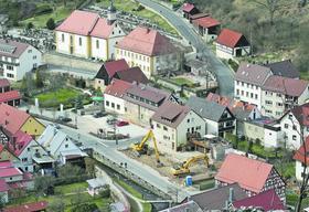 """Die Bagger (Mitte) haben den """"Pottensteiner Hof"""" platt gemacht. Theo Bruckmayer vom Tourismusverein wünscht sich auf dem Filetgrundstück einen neuen Informations-Pavillon für Urlaubsgäste samt WC-Anlage."""