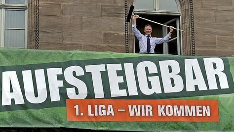 Hier kehrt der Chef selbst: Fürths Oberbürgermeister Thomas Jung griff gestern zum Besen, um den Rathausbalkon für die große Aufstiegssause am Sonntag zu kehren.