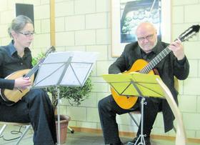 Corinna Förster an der Mandoline und Günter Münch an der Gitarre unterhielten die Gäste bei der Dichterlesung mit Gerd Berghofer.