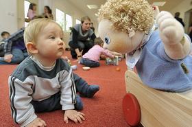Gemeinsam spielen, während die Eltern arbeiten: Bis Ende 2013 will die Stadt Plätze in Krippen und bei Tagesmüttern für bis zu 40 Prozent der Fürther Kinder schaffen, bislang sind es 23 Prozent.