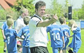 """""""Komm' mal her und hilf mir"""": Als Jugendtrainer zeigt Lothar Matthäus vor dem Spiel Autorität."""