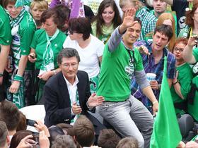 Die Macher: Präsident Helmut Hack und Manager Rachid Azzouzi bei der großen Aufstiegsfeier vor dem Fürther Rathaus.