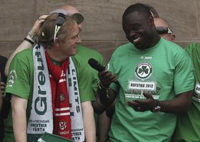 """""""Trainer, bitte ..."""": Mike Büskens (links) ließ sich bei der Aufstiegsfeier auch von Gerald Asamoah nicht zu einer klaren Aussage drängen."""