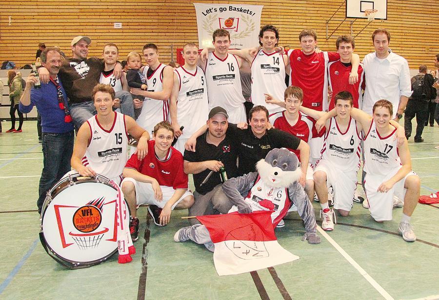 Mannschaftsbild mit Maskottchen, Trainer und Fans: Die VfL-Baskets Treuchtlingen konnten jetzt mit dem erneuten Klassenerhalt in der 1. Regionalliga Südost einen weiteren großen Erfolg feiern. Vorne in der Mitte ist Trainer Stephan Harlander zu sehen.