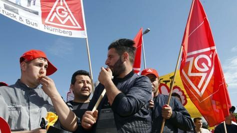 Sie wollen sich Gehör verschaffen: Diese jungen Männer haben sich in Nürnberg den Protesten  für mehr Lohn und weniger Leiharbeit angeschlossen. Im Streit mit den Arbeitgebern um 6,5 Prozent mehr Lohn macht die IG-Metall ernst. Am Donnerstag hat die Gewerkschaft ihre Warnstreiks deutlich ausgeweitet.