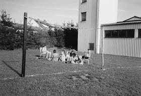 Gleicher Ort, ungleiche Zeit: Vor 20 Jahren zimmerten Matthias Schulz und seine Freunde aus ein paar Dachlatten zwei Tore und starteten auf der Wiese hinter dem Feuerwehrhaus den Spielbetrieb des UFC Ellingen.