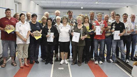 Die stolzen Sieger und Platzierten der Abenberger Kegel-Stadtmeisterschaften 2012. Der Stellvertretende Bürgermeister der Stadt Abenberg, Hans Zeiner (Vierter von links), nahm die Siegerehrung vor. <autor>Foto Holzschuh