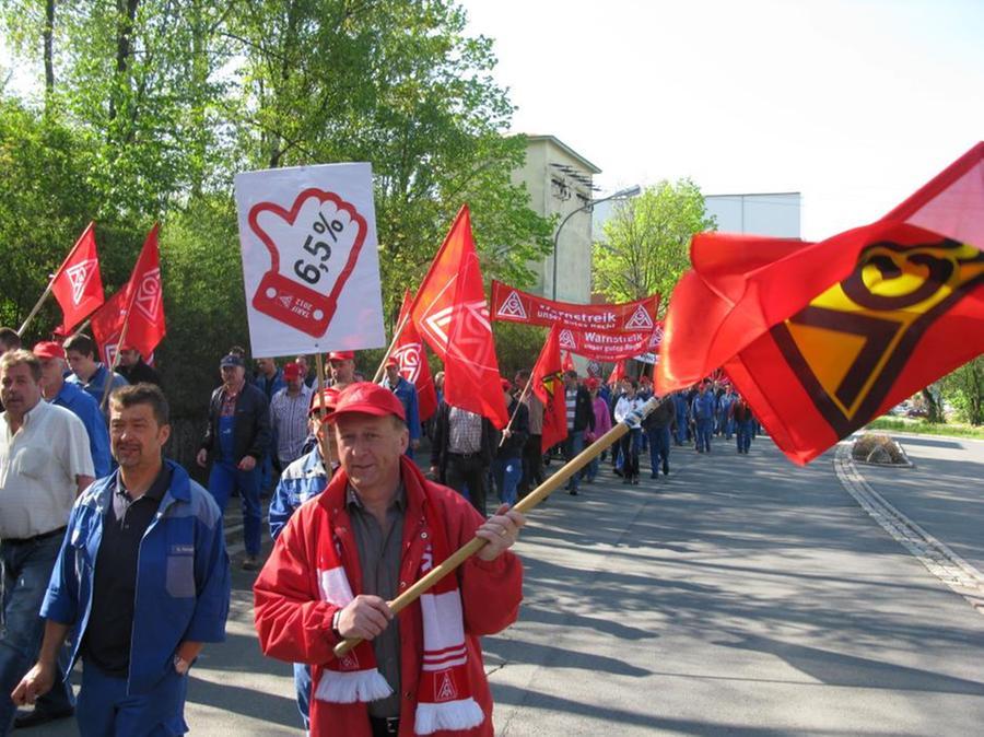 800 KSB-Mitarbeiter traten in einen einstündigen Warnstreik.