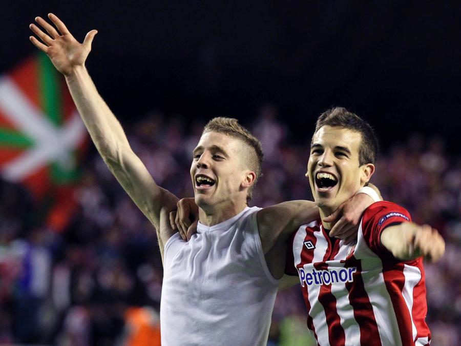 Die Spieler Iker Muniain (links) und Inigo Perez von Athletic Bilbao jubeln am 26.04.2012 nach dem Europa League Halbfinalrückspiel gegen Sporting Lissabon in Bilbao (Spanien) den Einzug ins Finale.