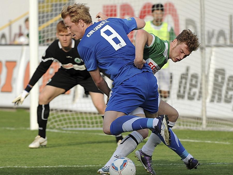 So sehr sich Dominik Schmitt (rechts) und die Fürther gegen den Karlsruher SC auch mühten — am Ende stand mit dem 0:2 eine Niederlage.