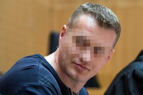 Der Angeklagte Viktor G. sitzt am 16.04.2012 im Gerichtssaal im Landgericht in Weiden.