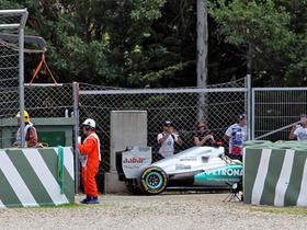 Michael Schumachers Mercedes wurde nach dem Unfall von der Strecke geschafft.