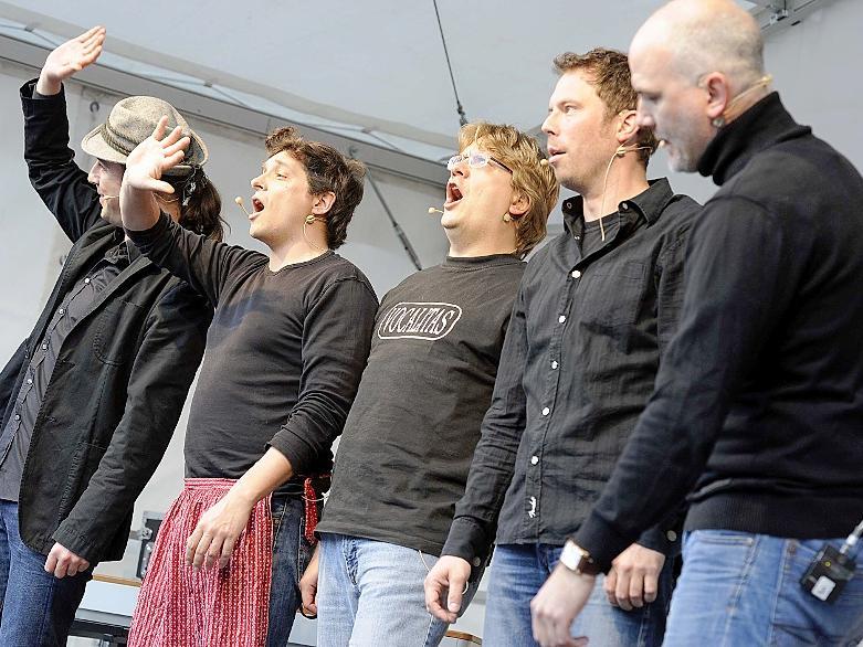 """Die Kälte vergessen machte die Nürnberger A-capella-Band """"Vocalitas"""". Sie lieferte eine erheiternde und geistreiche Show auf dem Marktplatz Zirndorfs."""