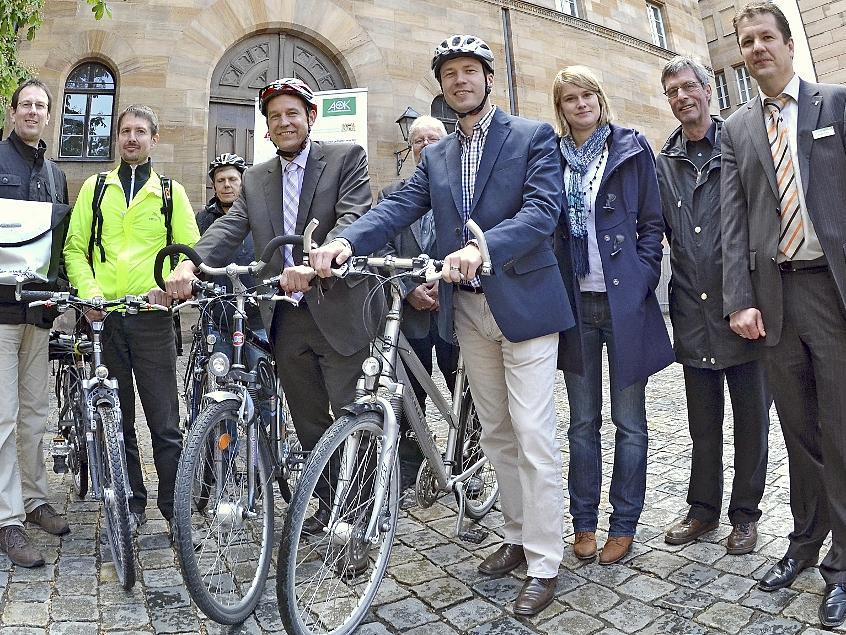 Im Fürther Rathaushof starten Vertreter der AOK und des ADFC gemeinsam mit Bürgermeister Markus Braun (4. v. li.) und Landrat Matthias Dießl (4. v. re.) die Kampagne für umweltfreundliche Fortbewegung.