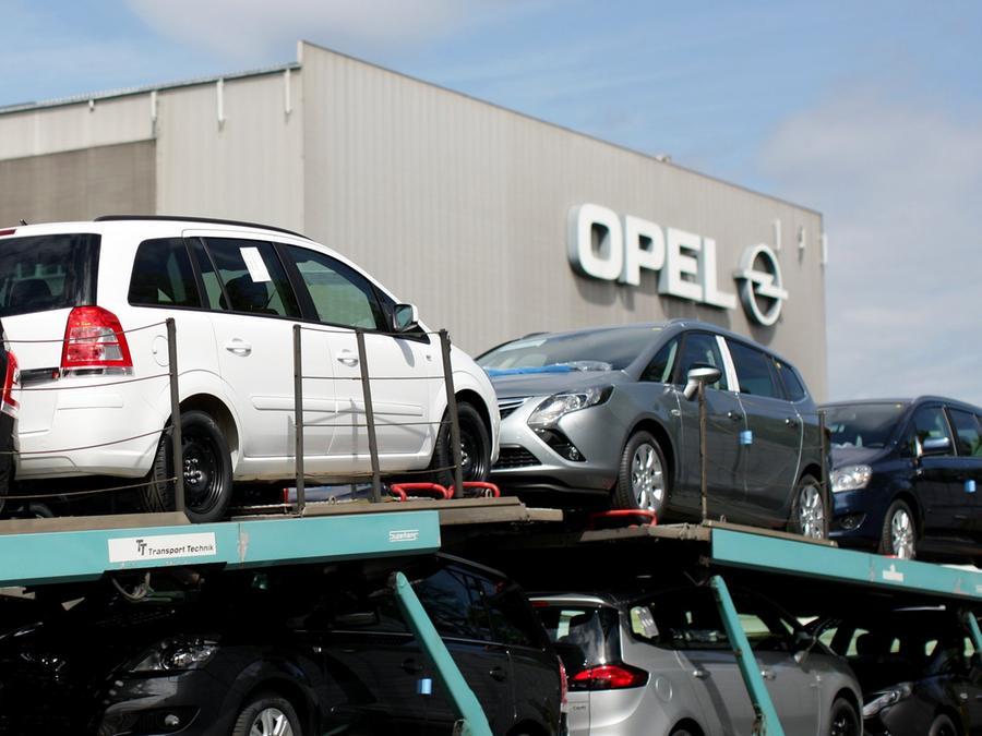 Fahrzeuge vom Typ Zafira werden im Opel Werk in Bochum verladen.
