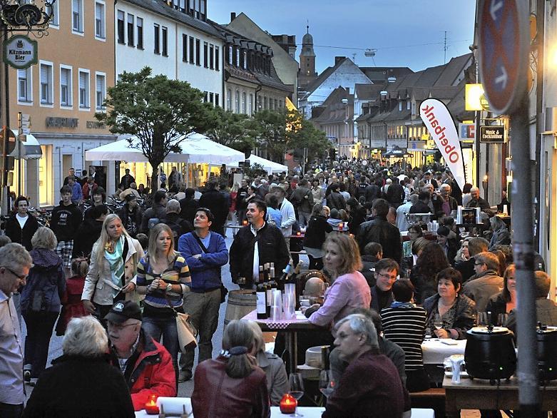 Ein Riesenerfolg: Die Gäste strömten (wie hier in der nördlichen Hauptstraße) zu Zehntausenden in die Innenstadt.