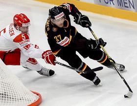 Was die Trikotfarbe angeht musste sich Nationalspieler Patrick Reimer bei seiner Vorstellung schon mal nicht umgewöhnen, denn auch die Ice Tigers spielen in Zunkunft in Schwarz.