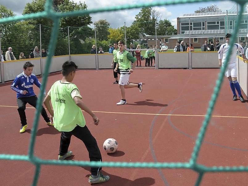 Gespielt wird drei gegen drei, ohne Torwart, mit Bande und ohne Abseits: Beim Finale auf dem Gelände der Soldnerschule traten die besten Teams aus der Vorrunde gegeneinander an.