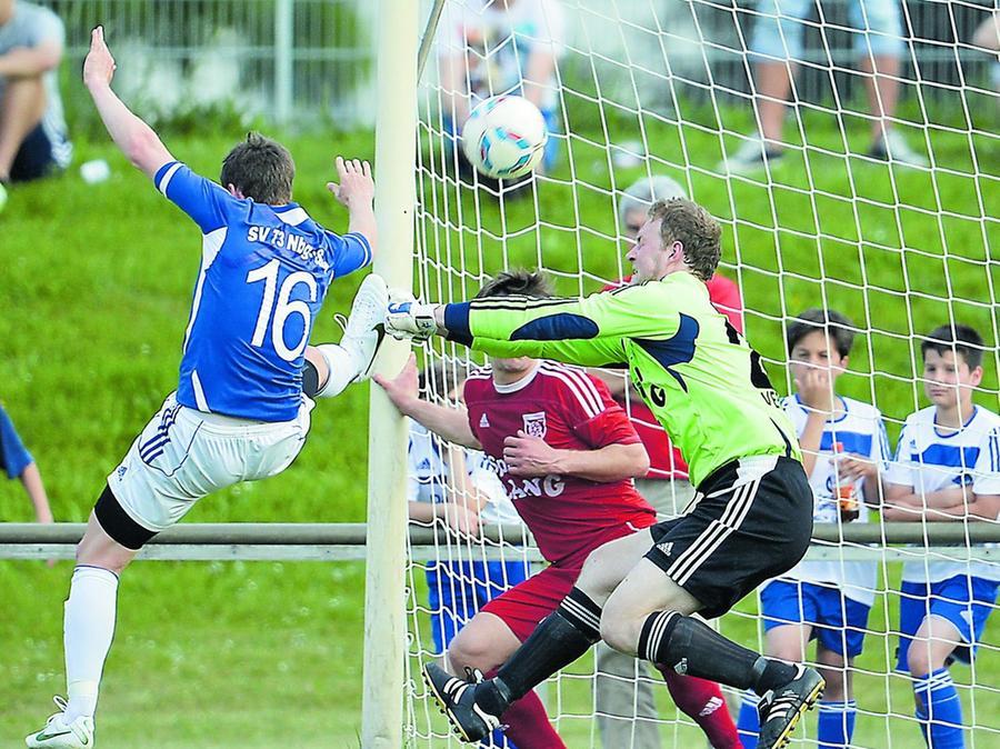 Torhüter Christian Oriwoll hielt in der Landesliga-Qualifikation dem FSV Stadeln mit zwei starken Reaktionen am Ende den Sieg bei SV 73 Süd fest. In dieser Situation klärte er gegen Angreifer Daniel Möller.