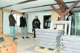Die Geschichte des Marktes und der Burg soll im ersten Obergeschoss des Museums präsentiert werden. Edith von Weitzel-Mudersbach erläutert Bürgermeister Bernd Obst (Mitte) und Marktbaumeister Herbert Bloß das Konzept.