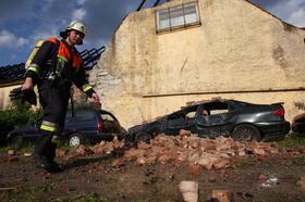 Eine stillgelegte Autowerkstatt, die als Lagerhalle für Altwagen diente, ist am Montag in Schlüsselfeld abgebrannt. Die Flammen drohten auch auf ein angrenzendes Wohnhaus überzugreifen, die Feuerwehr konnte das aber verhindern. Verletzt wurde niemand, der Sachschaden beläuft sich laut Polizei auf rund 50.000 Euro.
