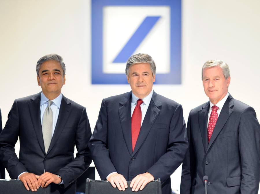 Josef Ackermann (M), scheidender Chef der Deutschen Bank präsentiert sich auf der Hauptversammlung der Deutschen Bank mit seinen Nachfolgern Anshu Jain (l) und Jürgen Fitschen (r).