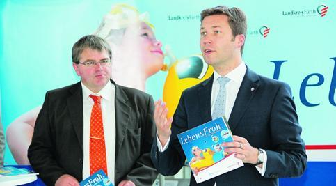 """Im Landkreis lässt sich """"herrlich"""" die Freizeit verbringen, meinte Landrat Matthias Dießl (rechts), als er die Broschüre mit den Bürgermeistern (links neben ihm der Wilhermsdorfer Harry Scheuenstuhl) vorstellte."""