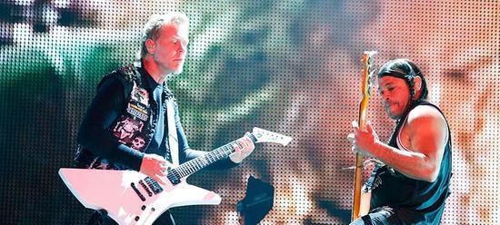 Metallica mit geballter Metalpower: James Hetfield und Bassist Robert Trujillo rocken die Bühne.