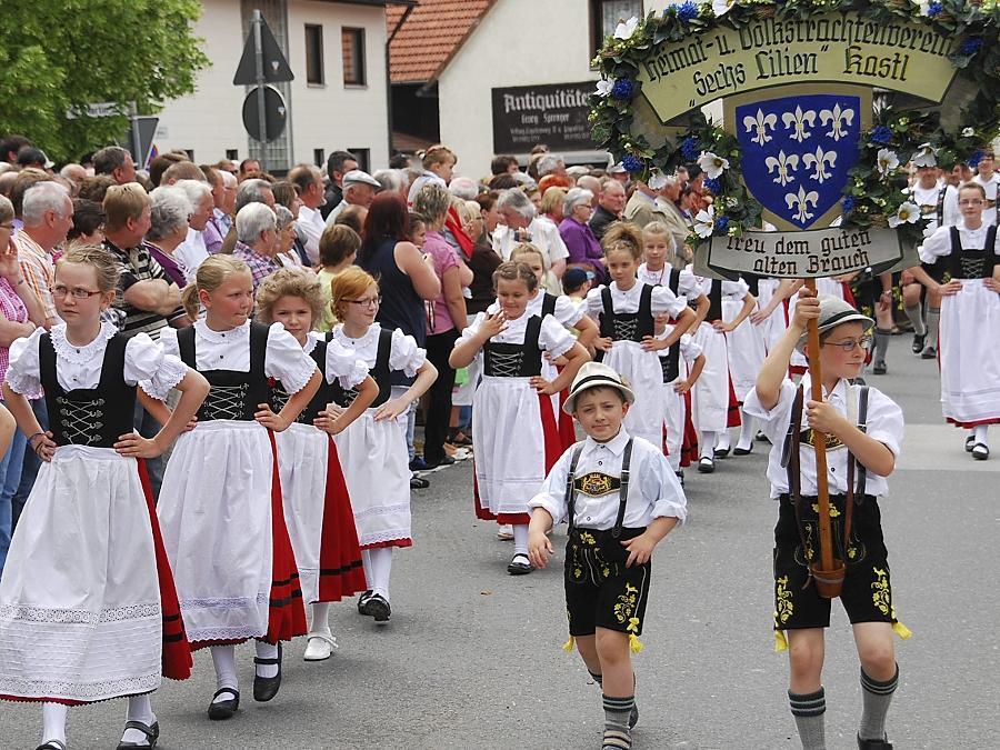 Stolz zeigten sich die jungen Mitglieder vom Heimat- und Volkstrachtenverein Sechs Lilien aus Kastl beim Wiesenfest.